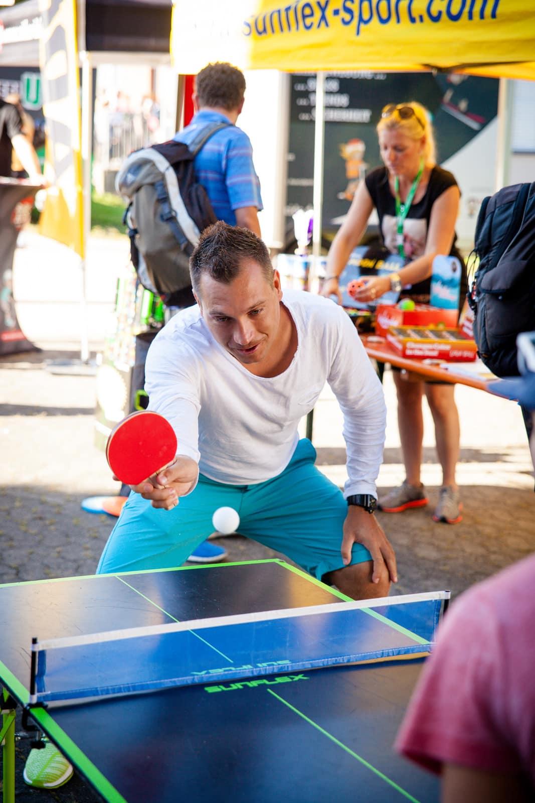 Sportlehrer beim Tischtennisspielen