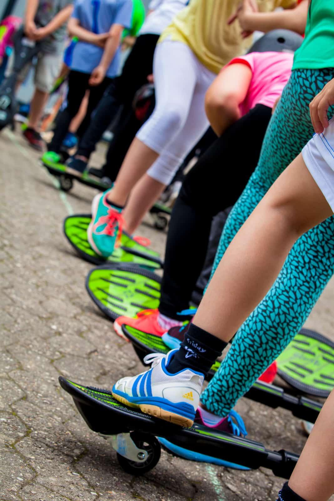 Schüler stehen an der Startlinie mit ihren Waveboards
