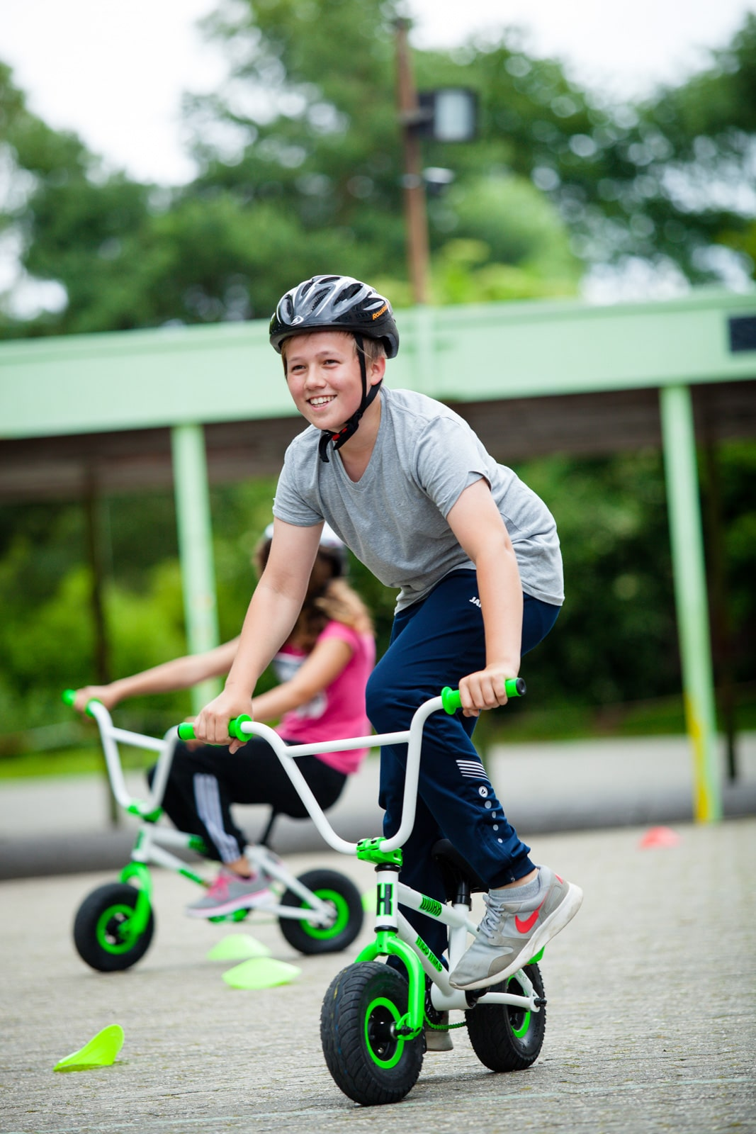 Ein Junge fährt auf einem kleinen Funwheel Farrad