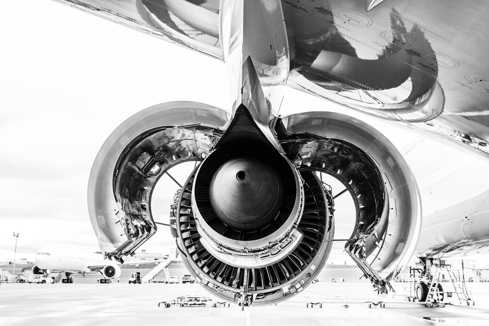 Ein offenes Flugzeugtriebwerk von hinten
