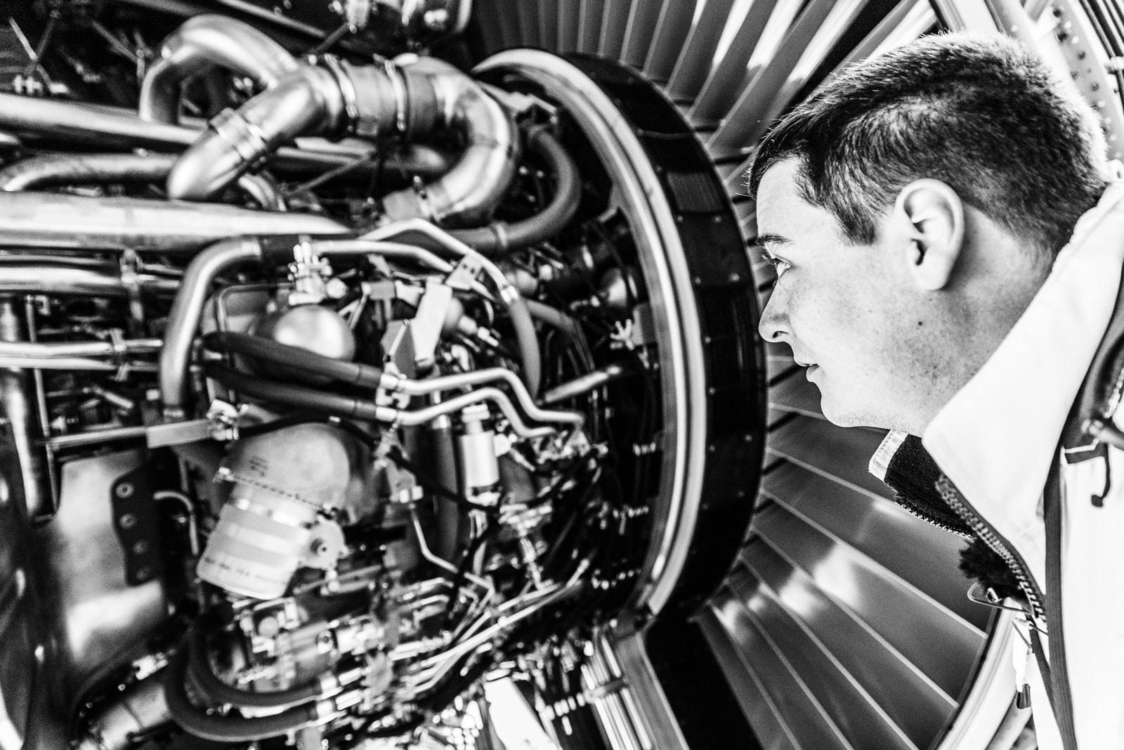 Ein Techniker checkt das Triebwerk einer neuen Boeing der Lufthansa Cargo in Seattle