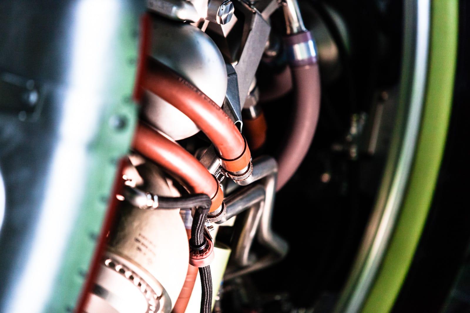 Schläuche und Drähte eines Flugzeugtriebwerks