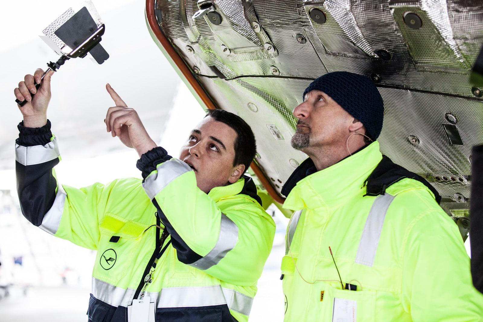 Zwei Mechaniker der Lufthansa checken die neue Boeing in Seattle