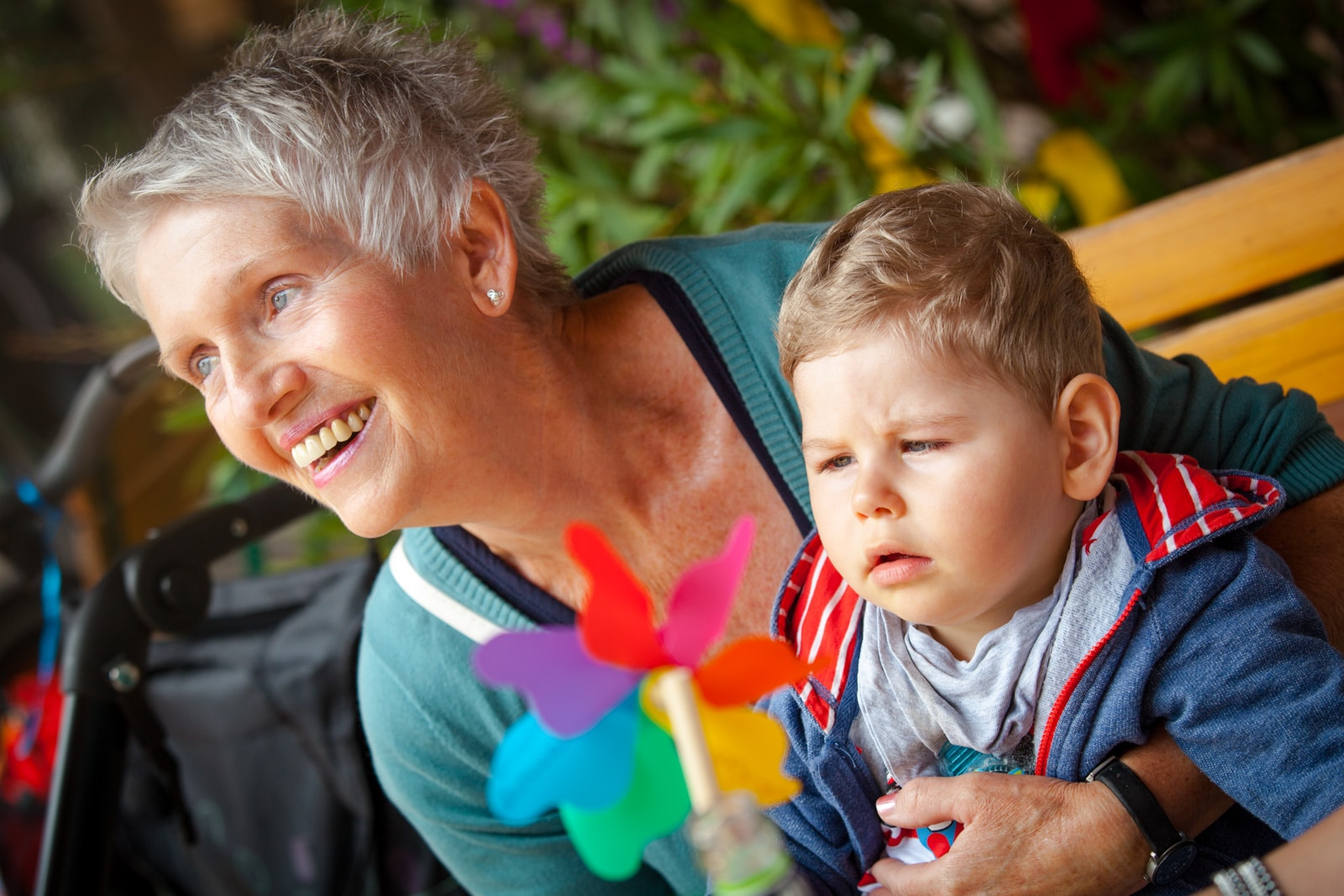 Eine Frau hat ein behindertes Kind im Arm