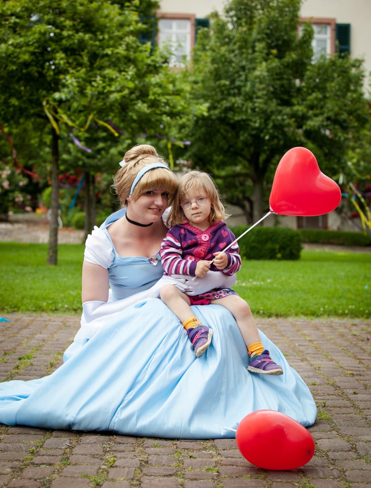 Eine Prinzessin hat ein Kind auf ihrem Schoss