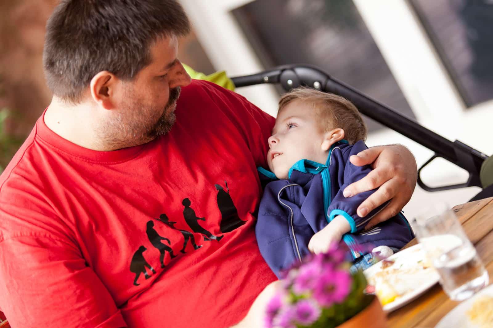 Ein Mann hat sein schwer erkranktes Kind im Arm