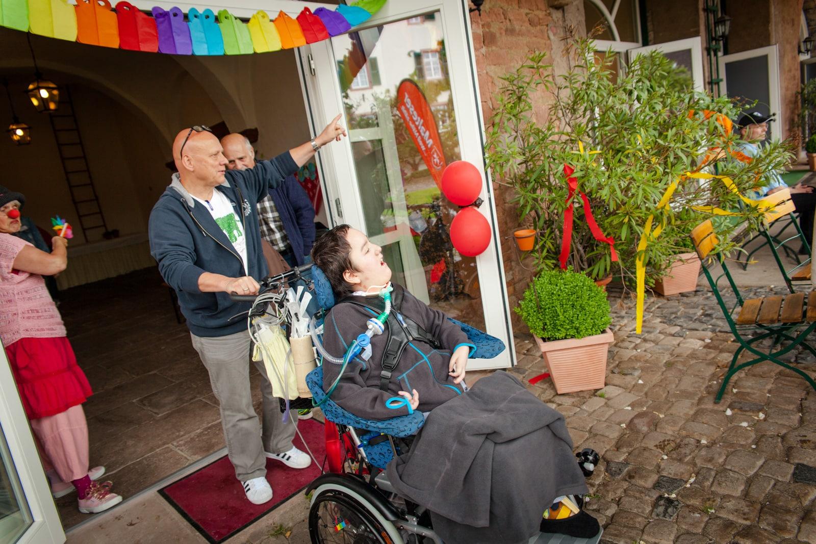 Eine Familie mit Kind im Rollstuhl