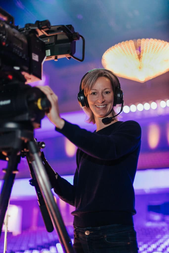 Kamerafrau auf einem Event an der Kamera im Theater