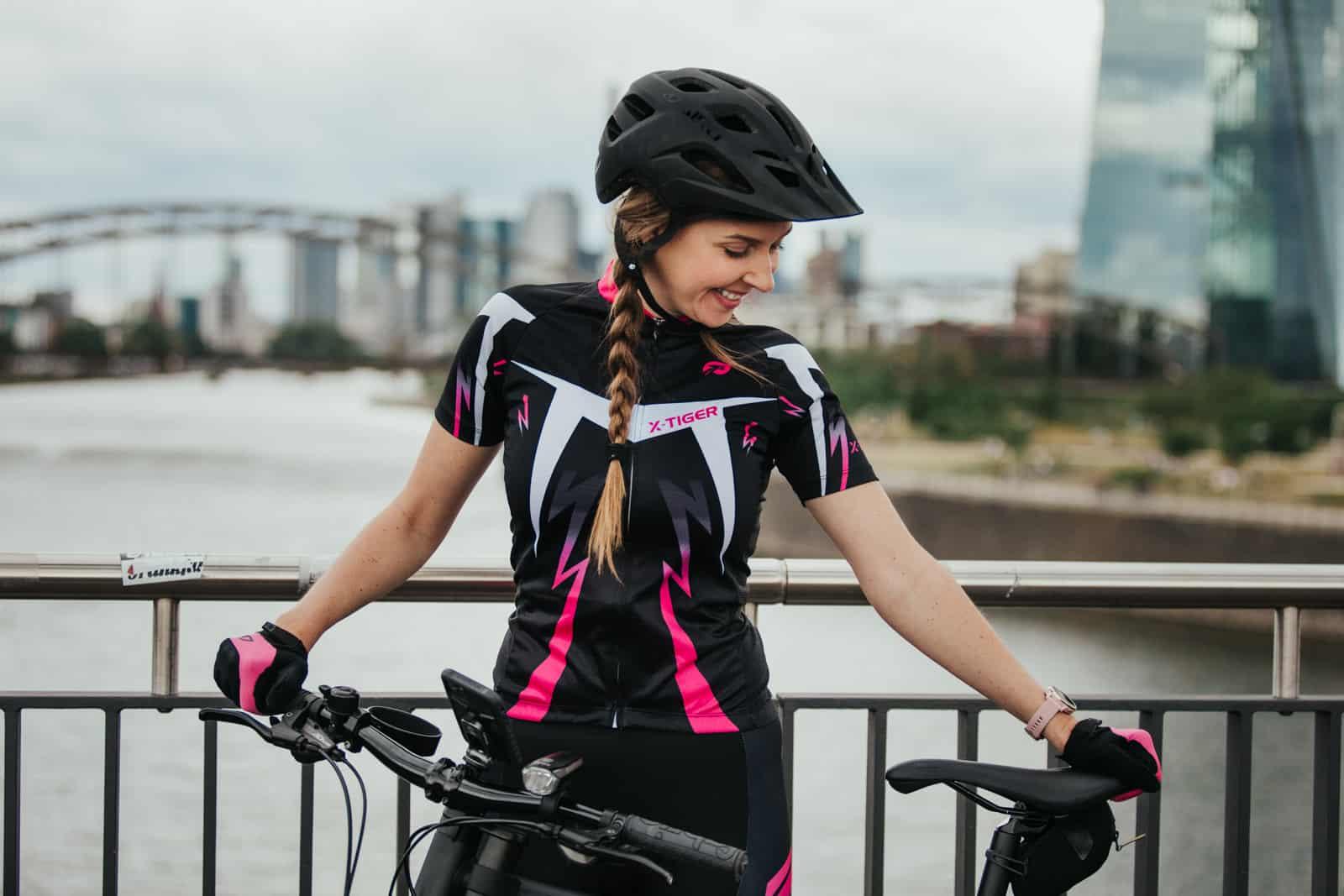 Frau hält ihr Cannondale Fahrrad fest in Frankfurt