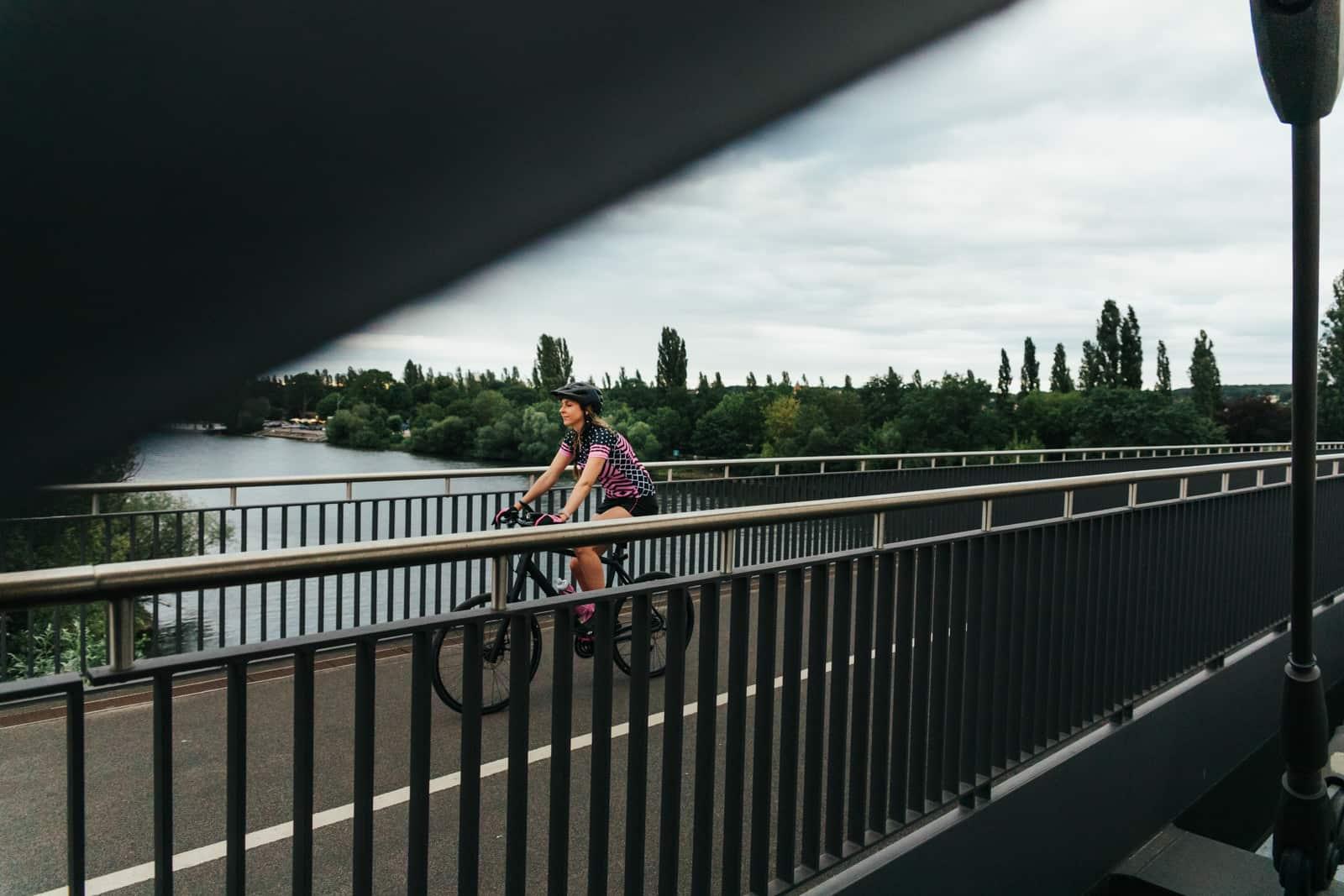 Frau fährt mit ihrem Cannondale Bike auf der Honsellbrücke in Frankfurt
