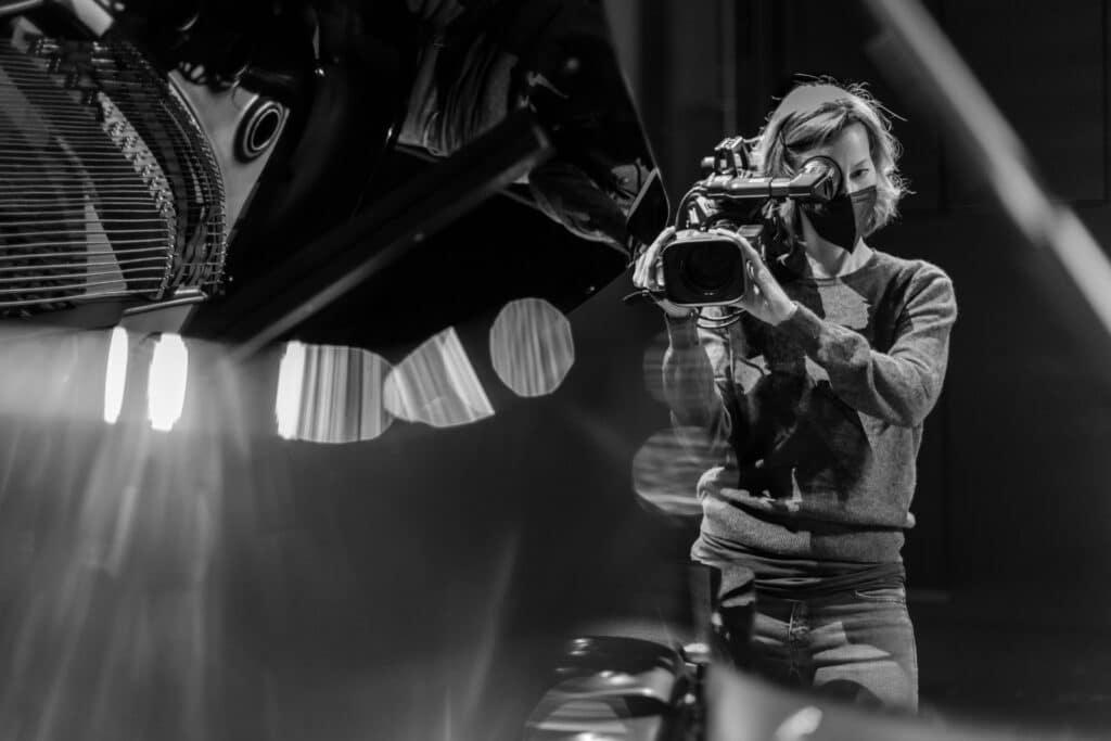 Kamerafrau mit Schulterkamera im Festspielhaus Baden Baden am Flügel