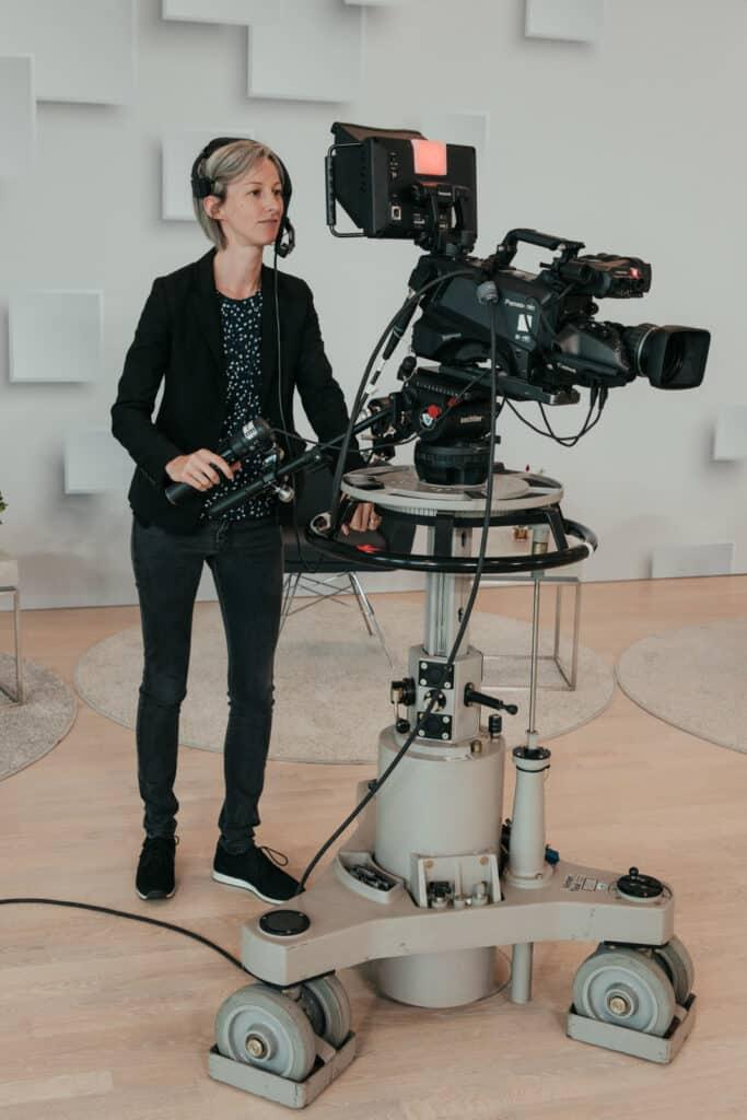Kamerafrau an der Kamerapumpe im Studiobetrieb Frankfurt