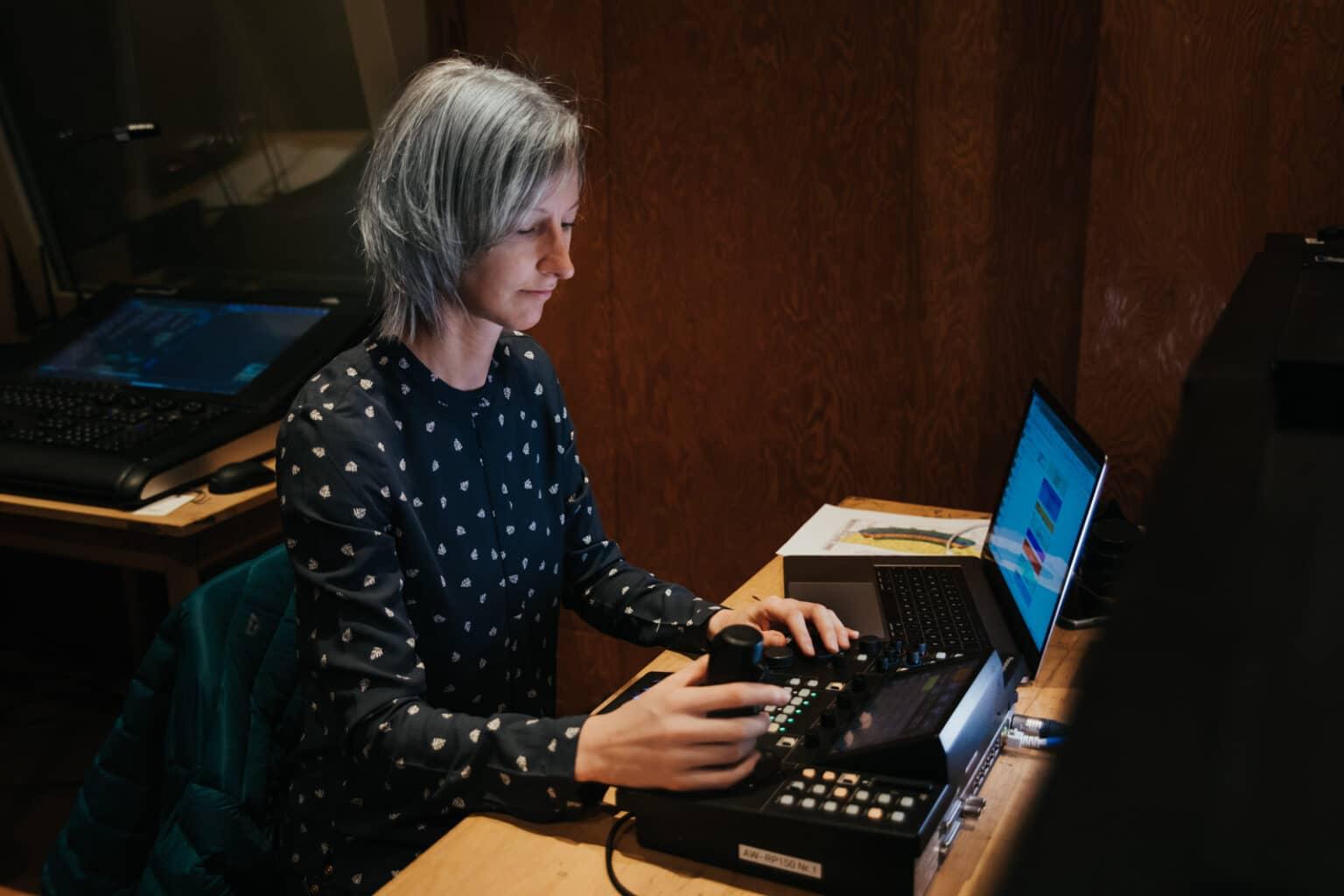 Kamerafrau an der Remotekamera Bedienung im Konzerthaus